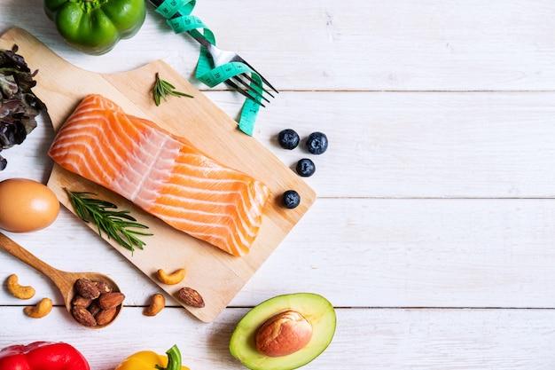 Comida sana comiendo alimentos bajos en carbohidratos, concepto de dieta cetogénica con espacio de copia, vista superior