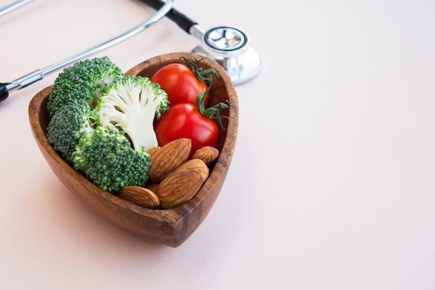 Comida sana para el corazón sobre fondo claro.