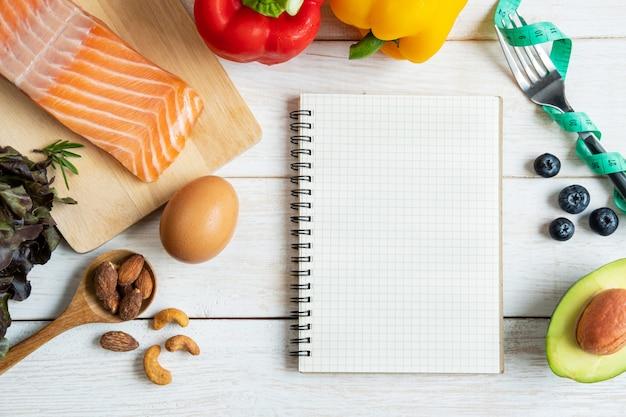 Comida sana con cuaderno y espacio de copia, concepto de dieta cetogénica, vista superior