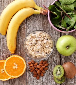 Comida sana, frutas y cereales.
