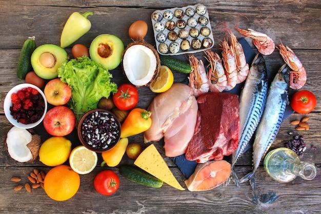 Comida sana en mesa de madera vieja. concepto de nutrición adecuada. vista superior. endecha plana.