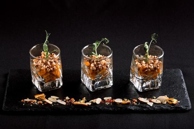 Comida sana, muesli vegetariano vegano hecho de alforfón verde y semillas de calabaza en un takan de vidrio. concepto de comida fusión, bajo perfil, copia espacio.