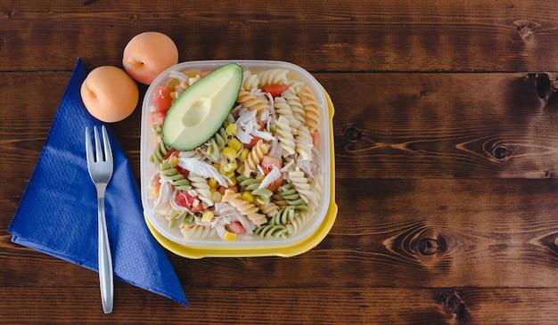 Comida sana preparada en casa para llevar.