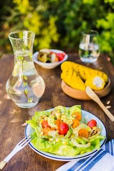 Comida sana servida al aire libre.