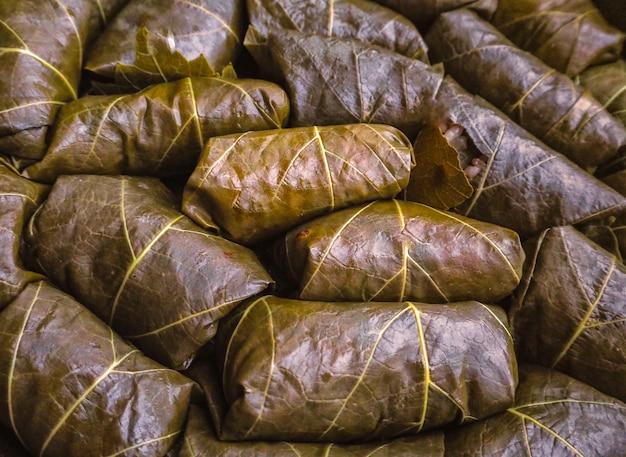 Comida sana simple. cocción de dolma a partir de hojas de parra.