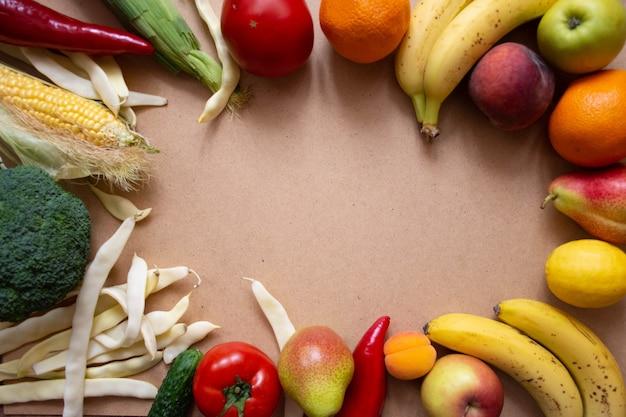 Comida sana, verduras y frutas sobre madera.