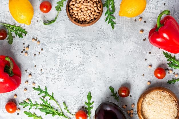 Comida sana. verduras, limón y garbanzos en una mesa de hormigón, vista superior. concepto de comida vegetariana y vegana, espacio de copia. alimentos crudos para cocinar cocina mediterránea.