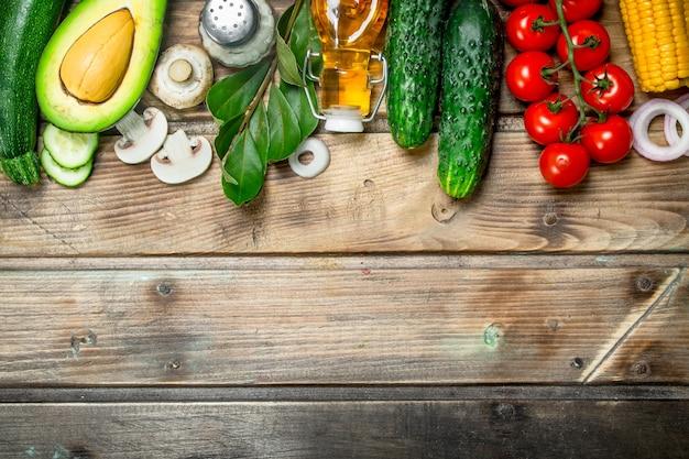 Comida sana. verduras orgánicas maduras con especias en mesa de madera.