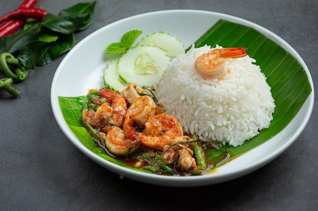 Comida tailandesa; camarones y calamares fritos cocidos con frijoles largos y arroz.