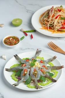 Comida tailandesa; camarones en salsa de pescado picante