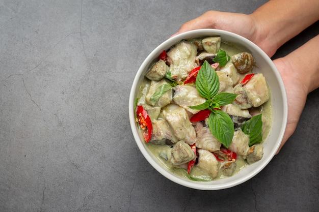 Comida tailandesa. cerdo al curry de coco verde con berenjenas