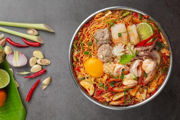 Comida tailandesa. fideos picante hervir con mariscos y cerdo en olla caliente