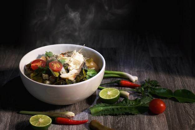 Comida tailandesa en el fondo de la mesa