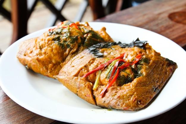 Comida tailandesa, mariscos steam con pasta de curry