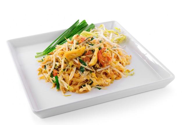 Comida tailandesa pad thai, salteado de fideos con camarones