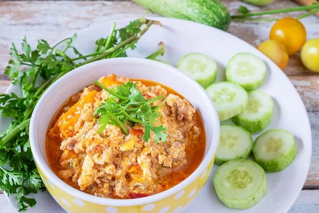 Comida tailandesa. pasta tailandesa de chile de cerdo con pepino y verduras frescas