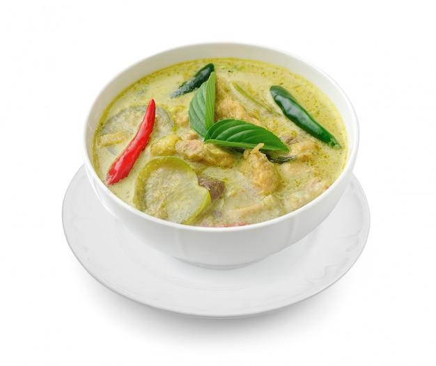 Comida tailandesa pollo al curry verde en el bolw blanco