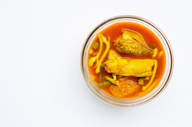 Comida tailandesa, sopa agria hecha de papaya verde