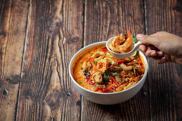 Comida tailandesa; tom yum kung o sopa picante de gambas de río