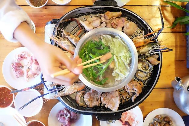 Comida de tailandia del cerdo de carne asada del pote del cerdo