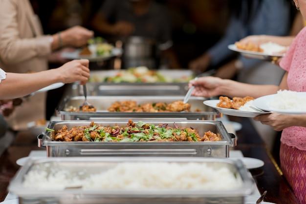 Comida tipo buffet, catering en el restaurante, mini canapés, bocadillos y aperitivos