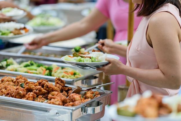 Comida tipo buffet, comida de catering en el restaurante, mini canapés, bocadillos y aperitivos.