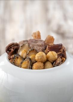 Comida tradicional del año nuevo lunar chino, buda salta sobre la pared, cazuela de sopa china, la tentación de buda, llamada fo tiao qiang, de cerca.
