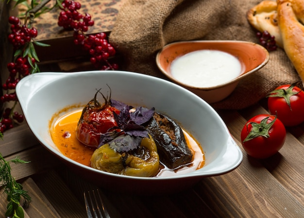 Comida tradicional azerbaiyana, dolma, berenjena, pimiento verde y tomate relleno de carne.