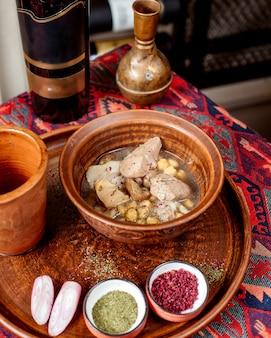 Comida tradicional azerbaiyana piti y botella de vino