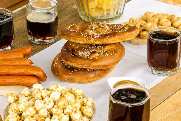 Comida tradicional del festival de octubre. pretzels alemanes con cerveza en una mesa de madera