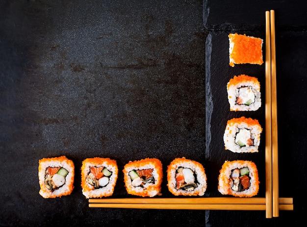 Comida tradicional japonesa: sushi, rollos y palillos para sushi. vista superior