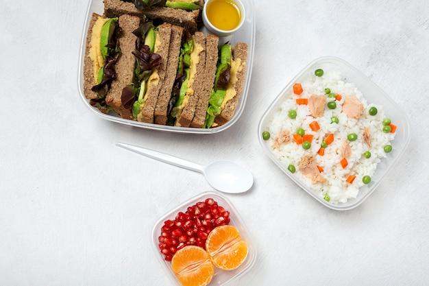 Comida en tupperware lista para comer