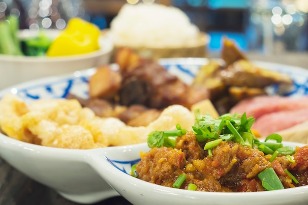 Comida variada al estilo del norte de tailandia