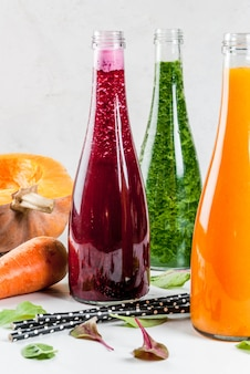 Comida vegana de dieta. selección de coloridos batidos de vegetales orgánicos frescos con vegetales de otoño