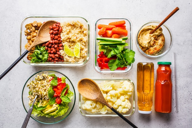 Comida vegana saludable en envases de vidrio, vista superior.