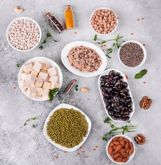 Comida vegana saludable sobre un fondo concreto