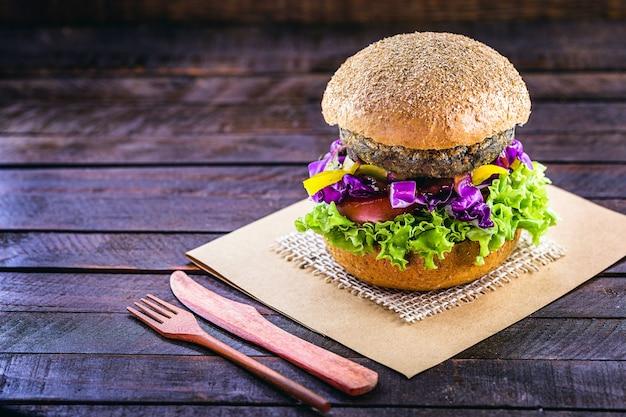Comida vegana, sándwich de hamburguesa vegana, carne artificial a base de sjoa, proteínas y verduras.