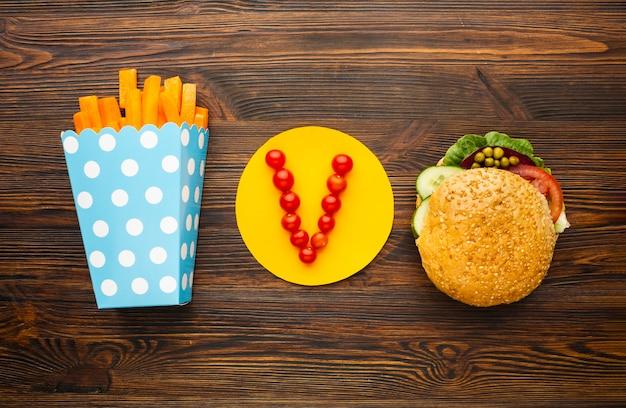 Comida vegana sobre fondo de madera