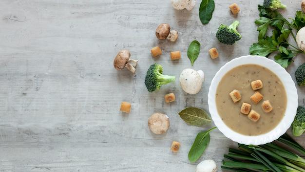 Comida vegetariana saludable y picatostes