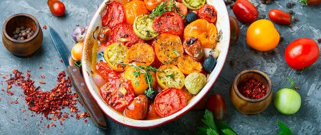 Comida vegetariana tomates al horno