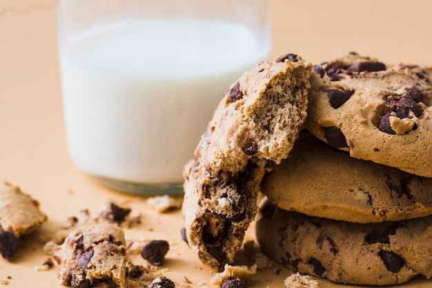 Comidas de chocolate chips cookies con vaso de leche