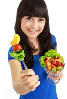 Comiendo ensalada de frutas