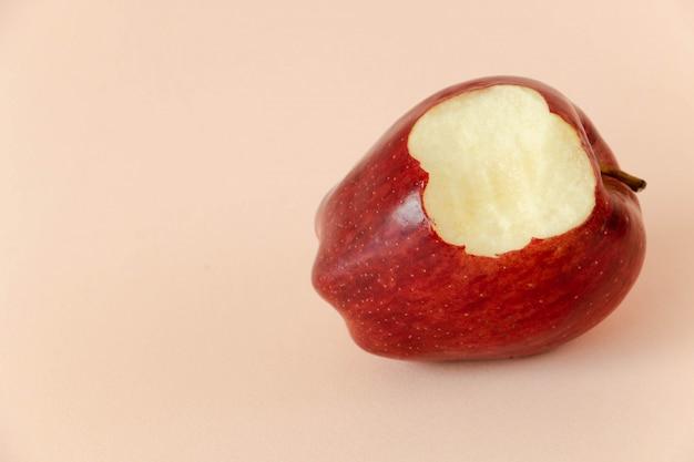 Comiendo una manzana roja