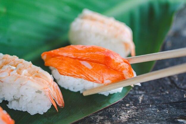 Comiendo sushi con palillos