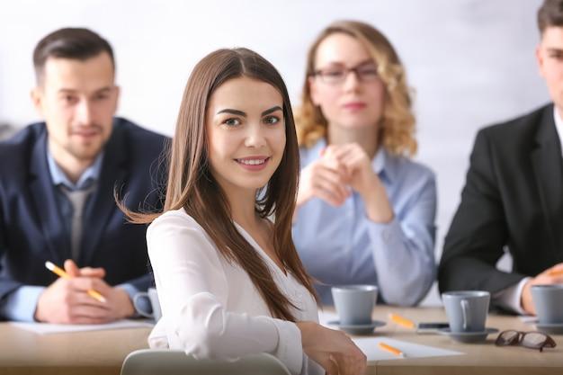 Comisión de recursos humanos entrevistando a mujer