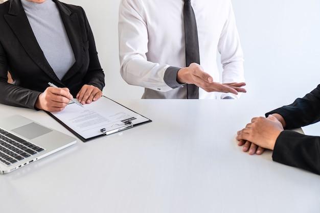 Comité de negocios o entrevistador considerar y preguntar sobre el perfil del candidato.