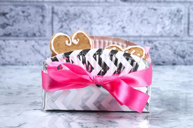 Cómo hacer un hermoso regalo sorpresa de platos y vasos de cartón. paso a paso, taller.