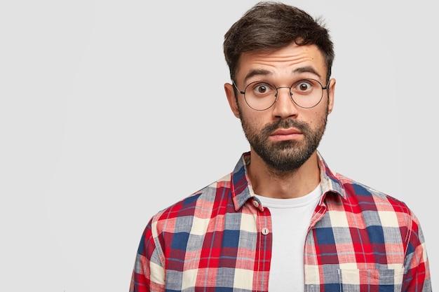 ¿cómo pasó? chico sorprendido asombrado sin afeitar con apariencia atractiva, no puede entender algo, se queda sin palabras