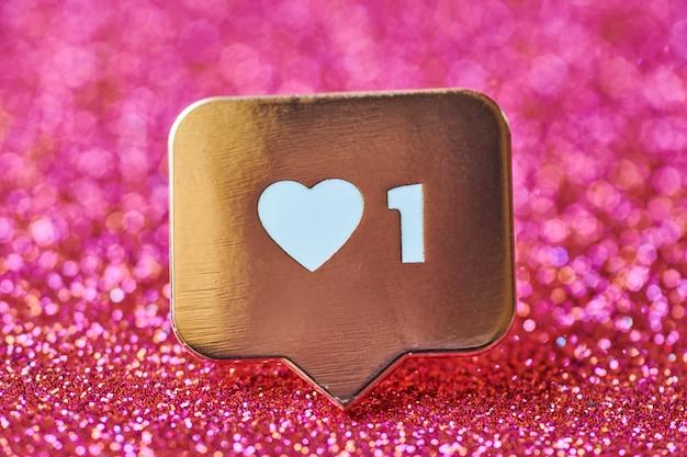 Como símbolo del corazón. como botón de signo, símbolo con corazón y un dígito. mercadeo en redes sociales. fondo de chispas de brillo rojo.