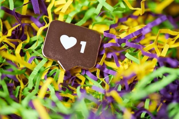 Como símbolo del corazón. como botón de signo, símbolo con corazón y un dígito. mercadeo en redes sociales. fondo de oropel multicolor.